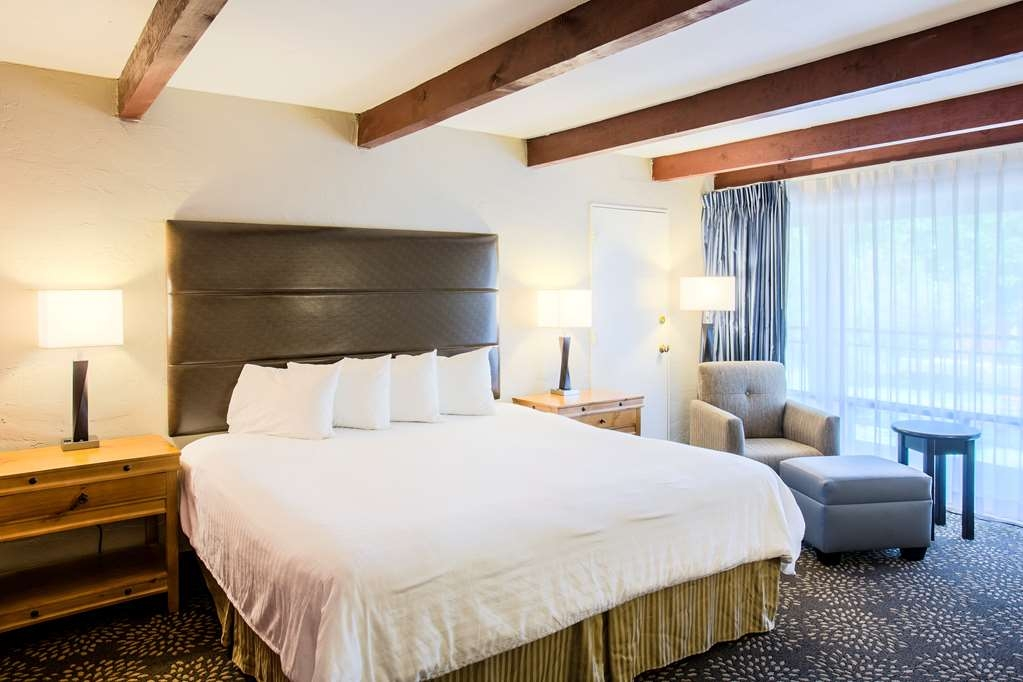Best Western Mission Inn - Disfrute de un magnífico descanso nocturno en nuestra habitación con cama de matrimonio extragrande.