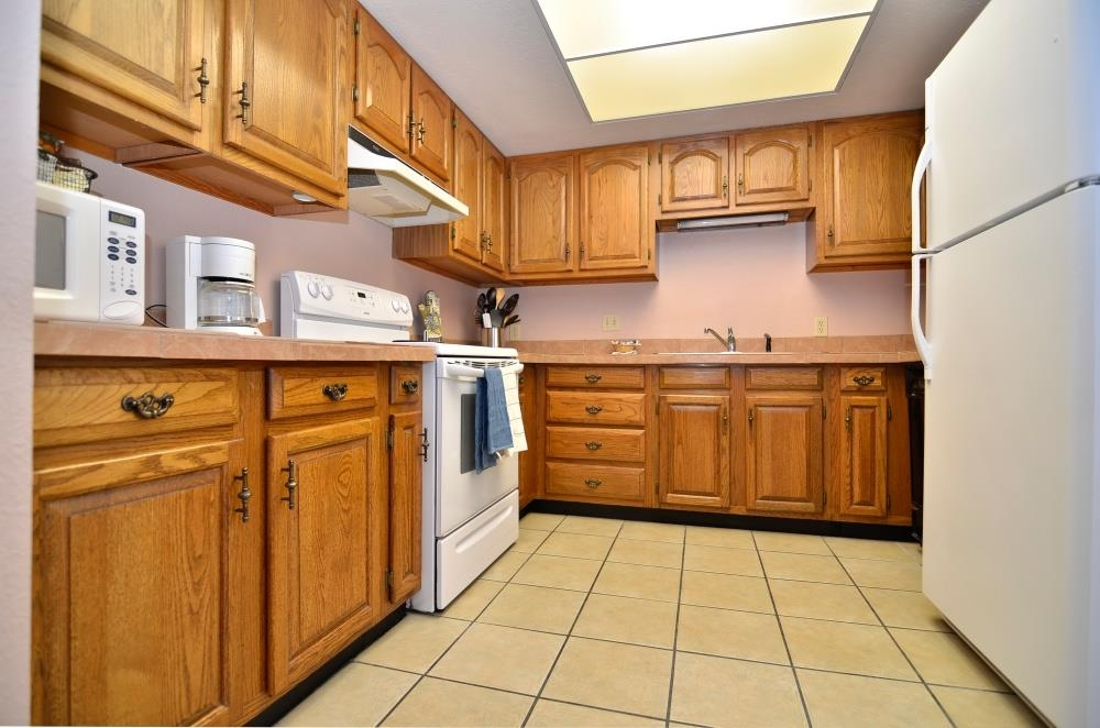 Best Western Pecos Inn - Prepare your favorite meals any time during your stay with the help of the full kitchen with an oven, microwave, and refrigerator/freezer.
