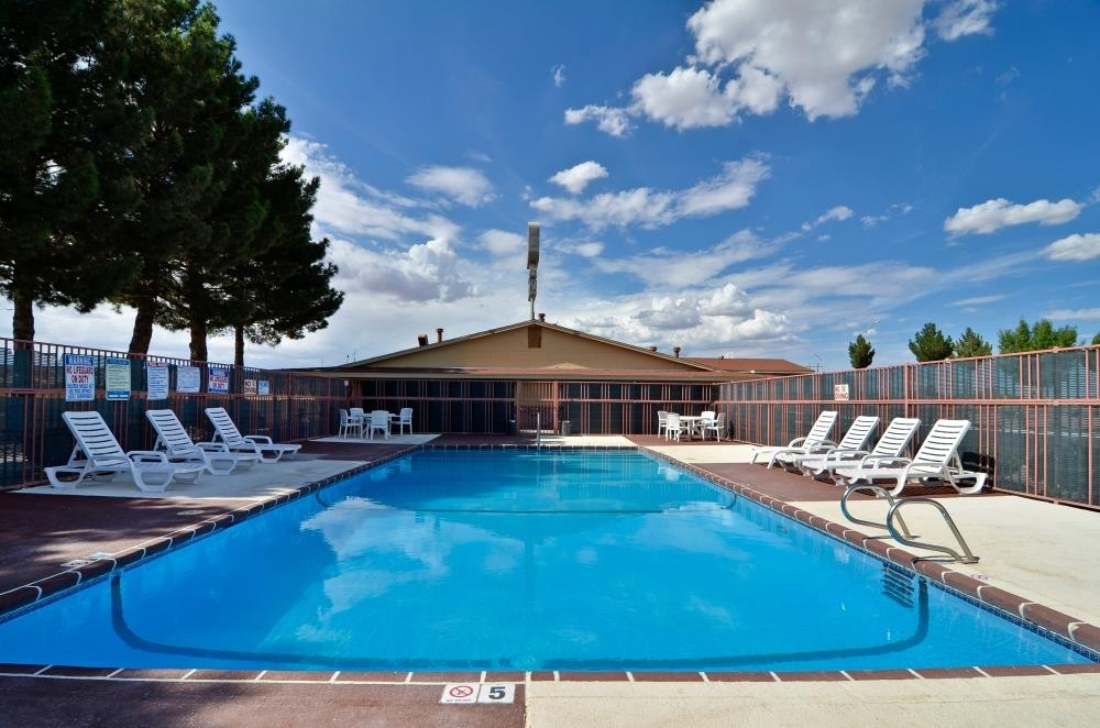Best Western Deming Southwest Inn - Soak up the sun in one of our comfortable lounge chairs by our outdoor swimming pool.