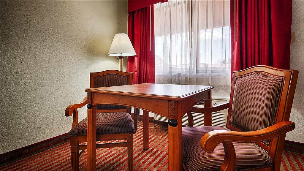Best Western Santa Rosa Inn - Relax in this guest room with comfortable table and two armchairs.