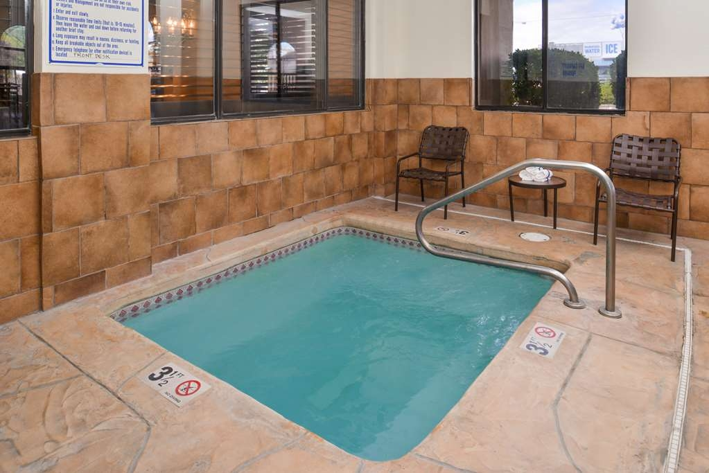 Best Western Plus Inn of Santa Fe - An kühleren Tagen Genießen Sie die entspannte Atmosphäre in unserem Wannen-Whirlpool im Innenbereich.