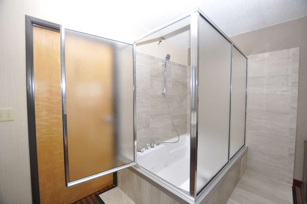 Best Western Plus Executive Suites - Whirlpool Suite Bath