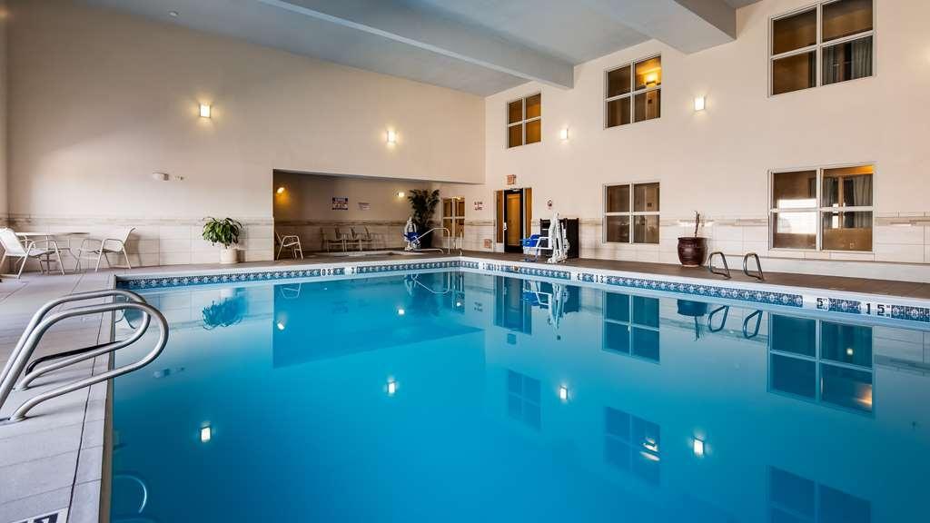 Best Western Plus Executive Suites - Vista de la piscina