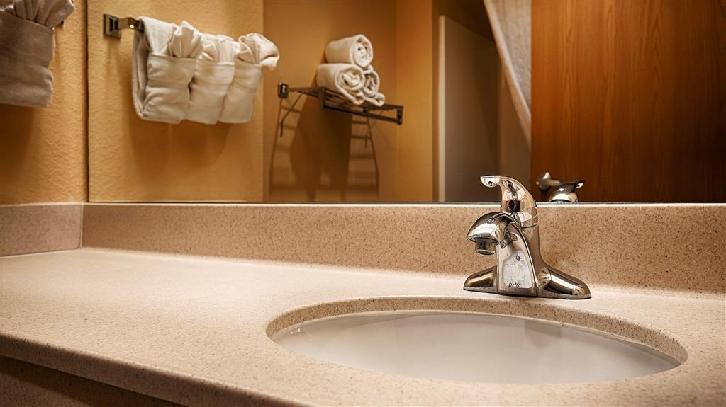 Best Western Plus Ruidoso Inn - Prepárese con la mayor comodidad para un completo día de aventuras en este cuarto de baño con un completo equipamiento.