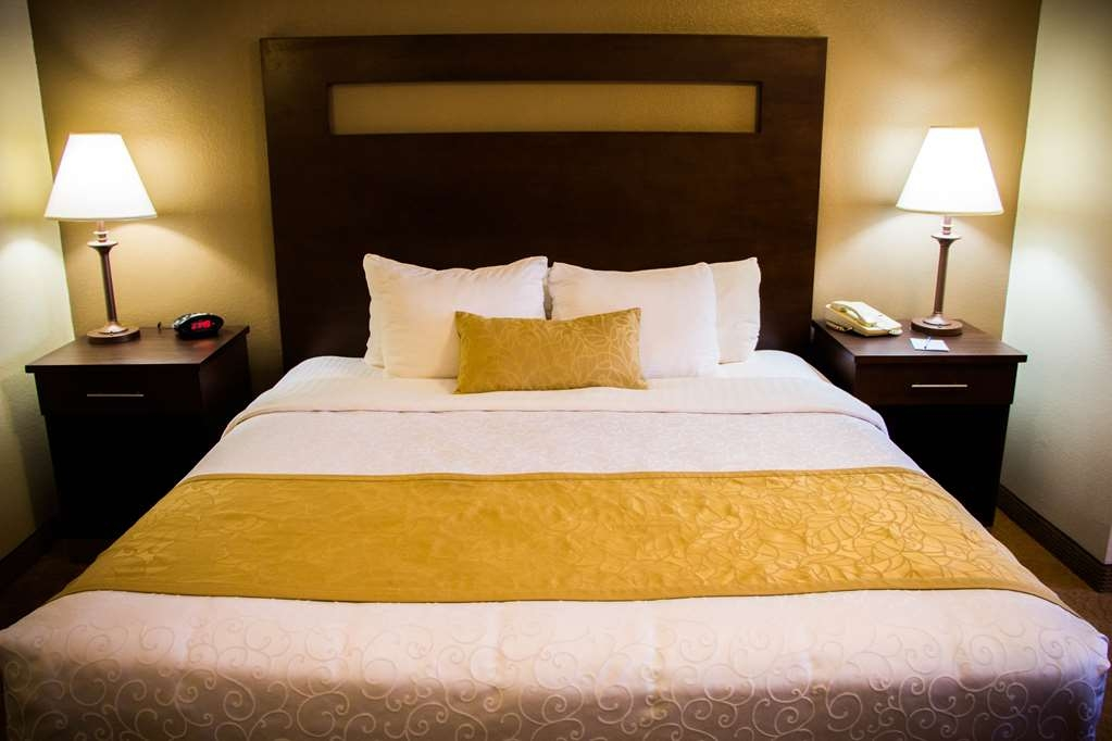 Best Western Plus Ruidoso Inn - Spend a relaxing night together in our king room