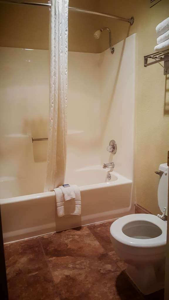 Best Western Pine Springs Inn - Enjoy getting ready for a day of adventure in this fully equipped guest bathroom.