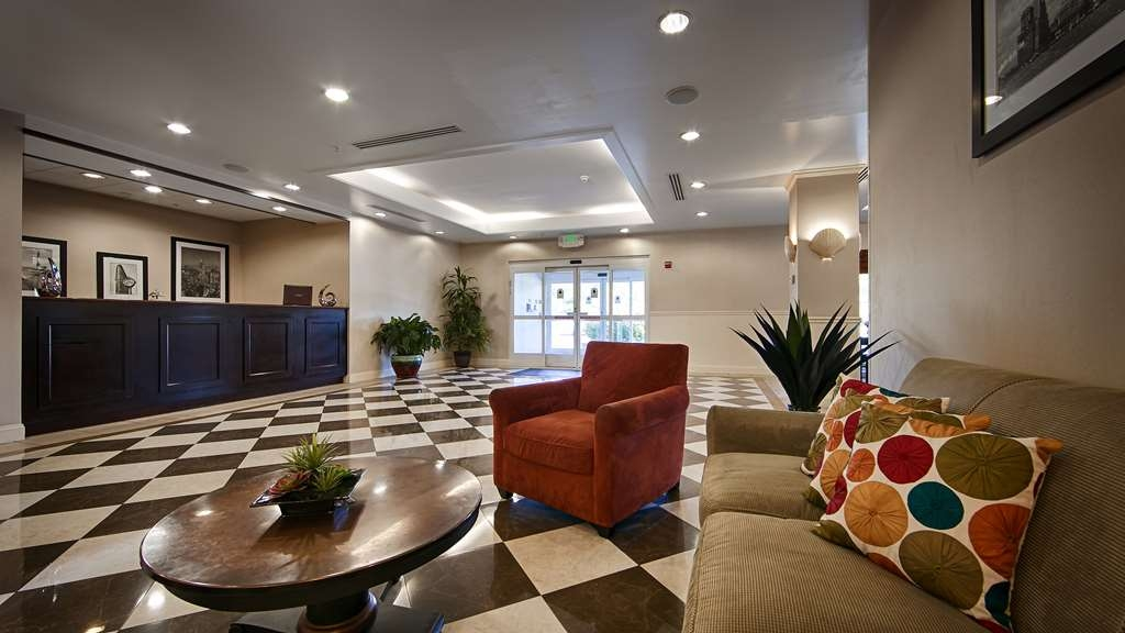 Best Western Bar Harbour Inn - Find a seat and chat with friends or flip through a magazine in our classic lobby.