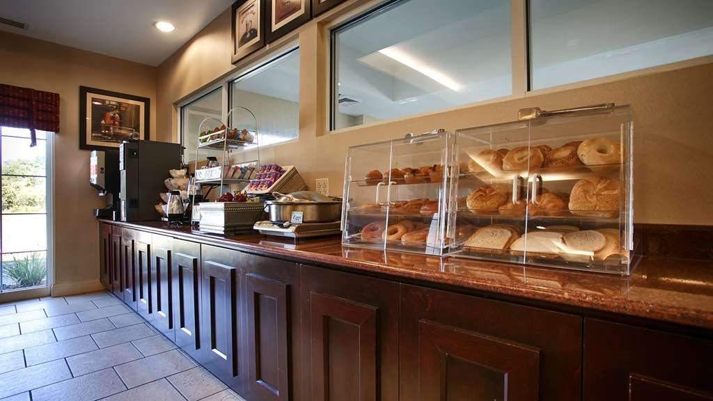 Best Western Bar Harbour Inn - Start your day off right with a complimentary continental breakfast.