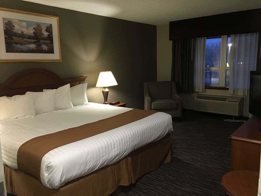Best Western Gateway Adirondack Inn - Our private king suite has a full kitchen and separate sleeping area with sofa bed. Great choice for long term stays!