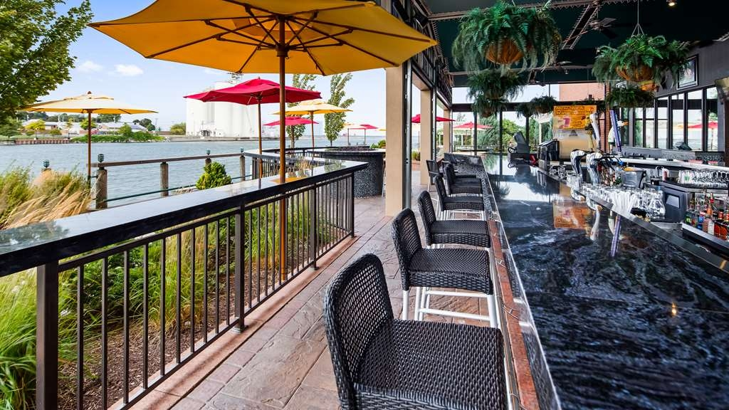 Best Western Plus Oswego Hotel and Conference Center - Outdoor Bar