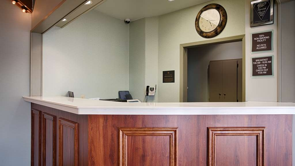 Best Western Summit Inn - Experience excellent customer service from our front desk staff.
