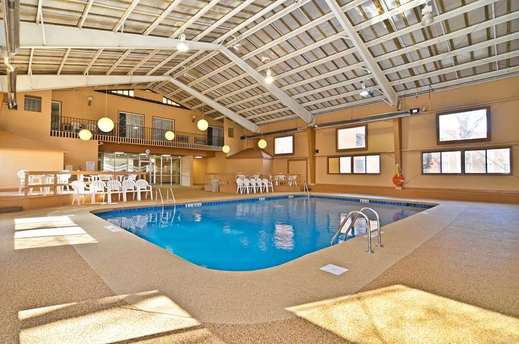 Best Western Summit Inn - Take a dip in our large indoor heated pool. You won't believe how good it feels after a busy day!