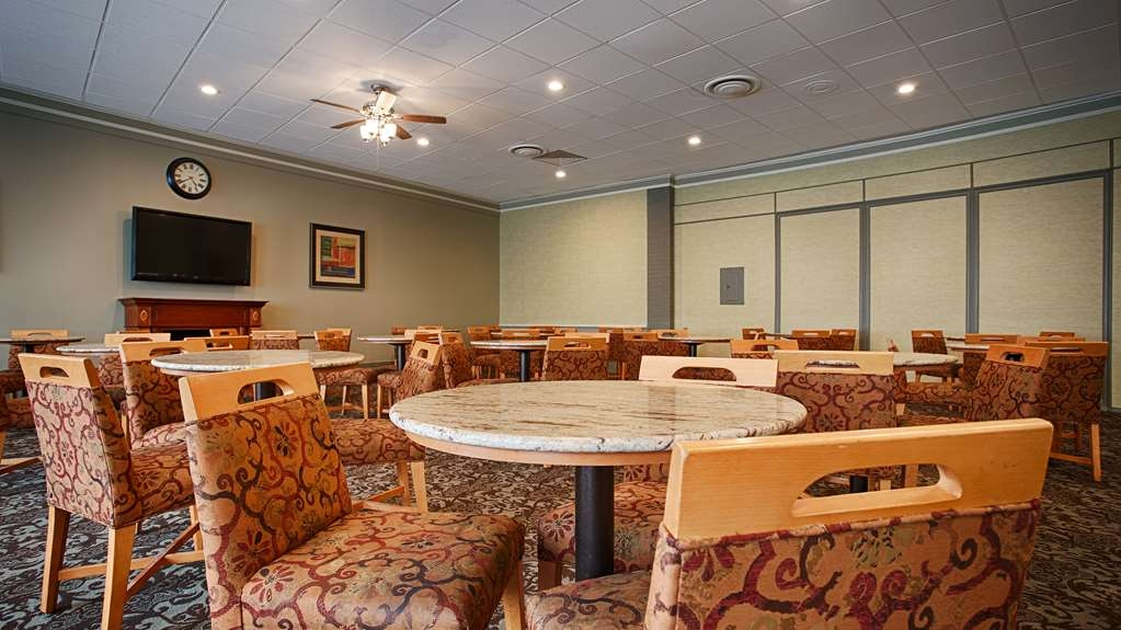 Best Western Summit Inn - Sit down and enjoy the morning news while sipping a delicious cup of coffee.
