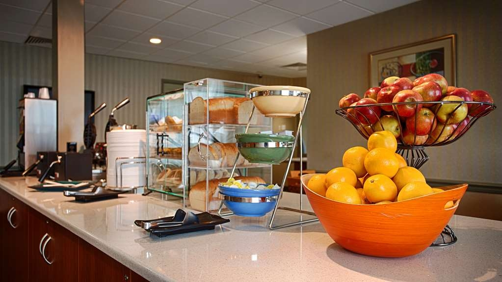Best Western Summit Inn - Start your day off right with a complimentary full breakfast.