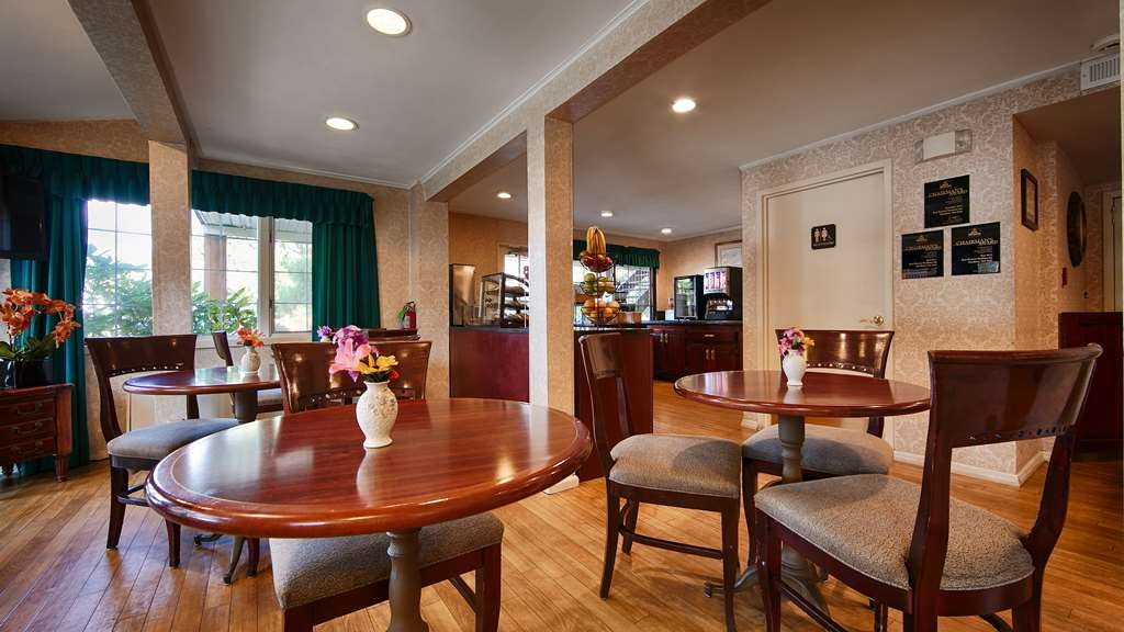 Best Western Woodbury Inn - Our complimentary breakfast features fresh and delicious New York bagels.
