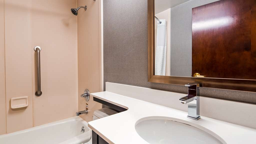 Best Western JFK Airport Hotel - Guest Bath Room