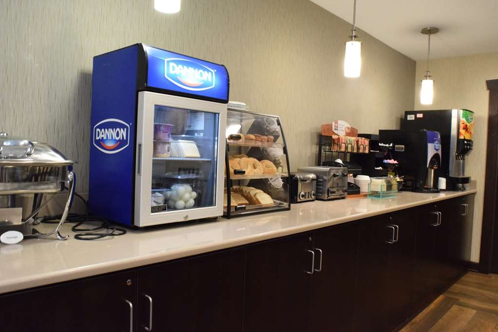 Best Western Crown Inn & Suites - Choose from a wide selection of seating to enjoy your morning meal.