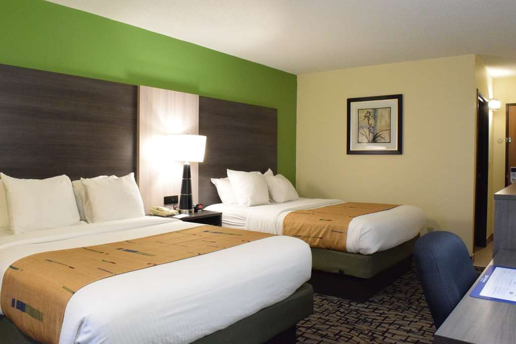 Best Western Crown Inn & Suites - Bring your whole family along and book a double queen guest room.