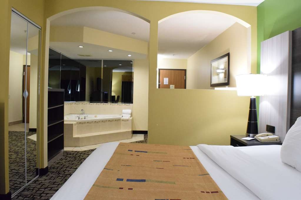 Best Western Crown Inn & Suites - Enjoy and relax in our spacious jucuzzi suites.