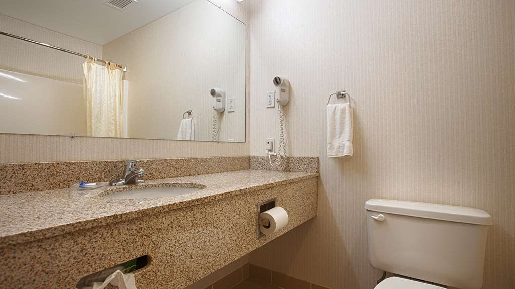 Best Western Plus Saratoga Springs - Enjoy getting ready for a day of adventure in this fully equipped guest bathroom.