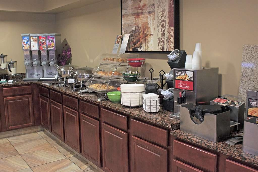 Best Western Plus Saratoga Springs - Enjoy a complimentary full breakfast featuring a buffet with hot and cold items.