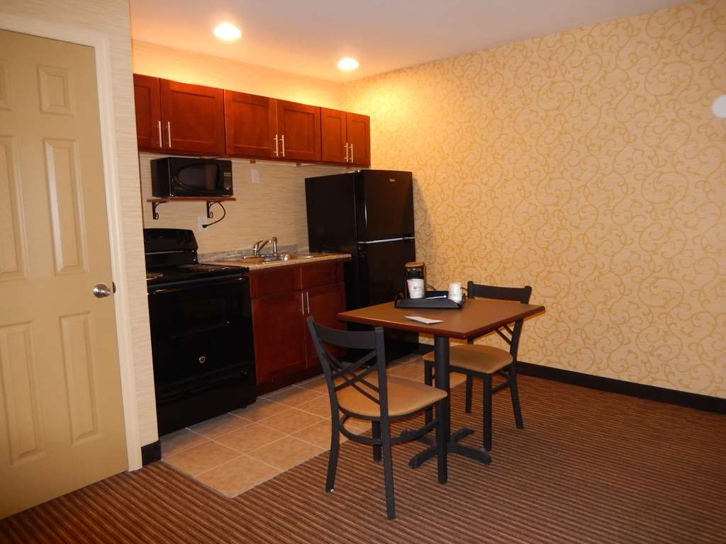 Best Western Plus Saratoga Springs - Deluxe Two Queen Room - Kitchenette