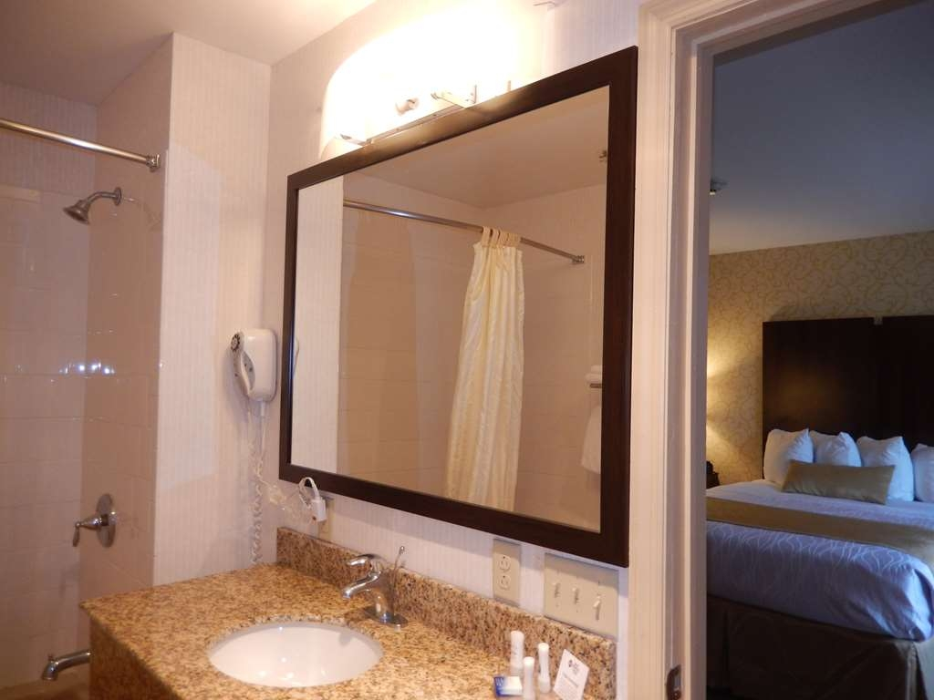 Best Western Plus Saratoga Springs - Guest Bathroom