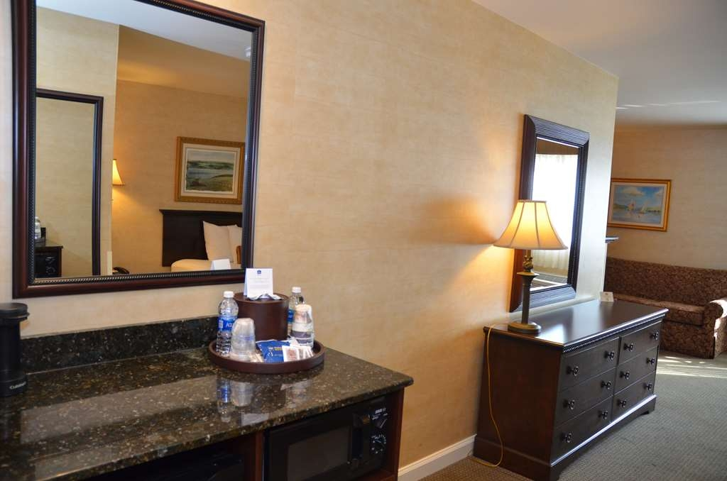 Best Western Plus Vineyard Inn & Suites - Microwave and mini refridgerator included in the room.