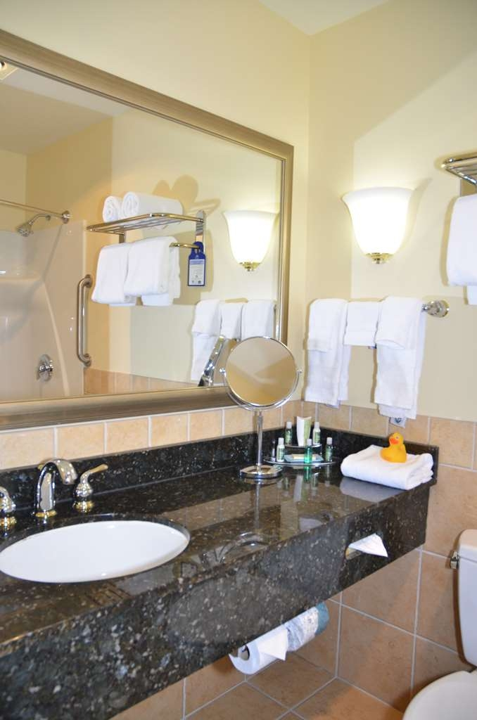 Best Western Plus Vineyard Inn & Suites - Grand King Suite Bathroom.