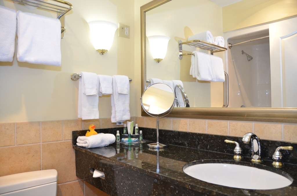 Best Western Plus Vineyard Inn & Suites - King Suite Bathroom.