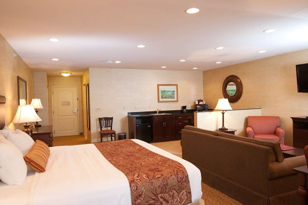 Best Western Plus Vineyard Inn & Suites - Deluxe King Suite.
