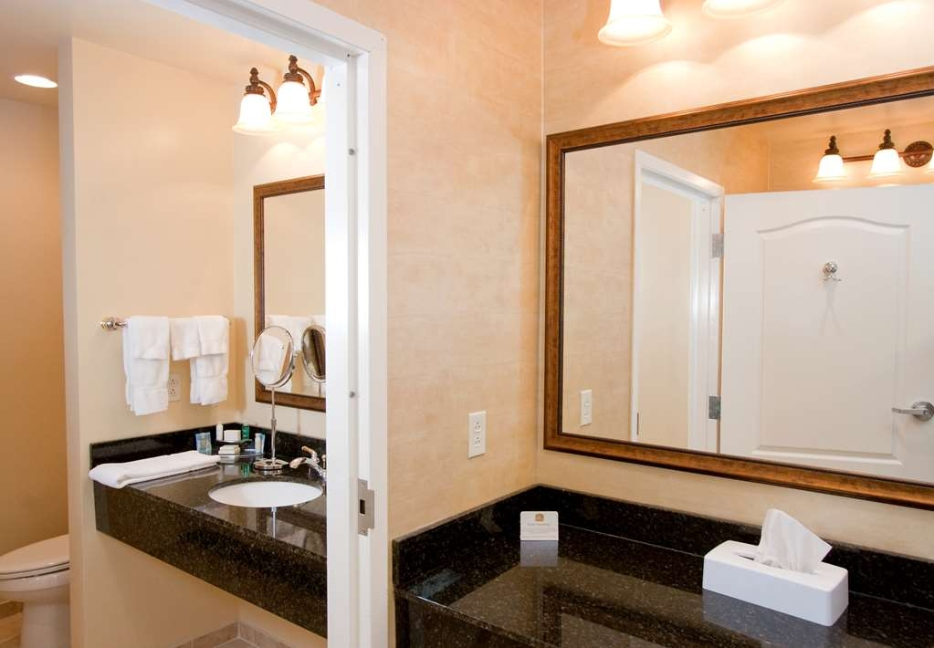 Best Western Plus Vineyard Inn & Suites - Deluxe King Suite Bathroom.