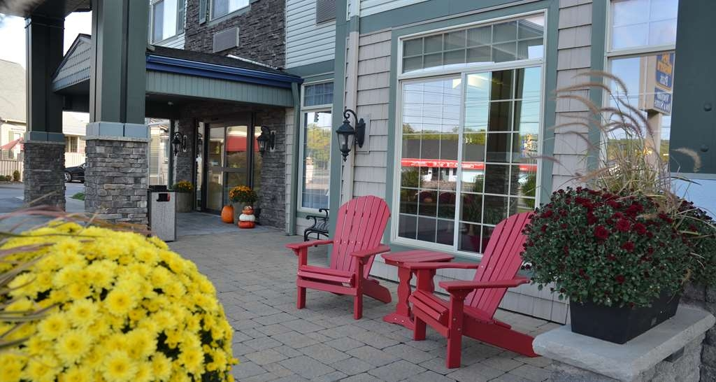 Best Western Plus Vineyard Inn & Suites - Grap a cup of coffee in the morning and sit outside under our pergola.