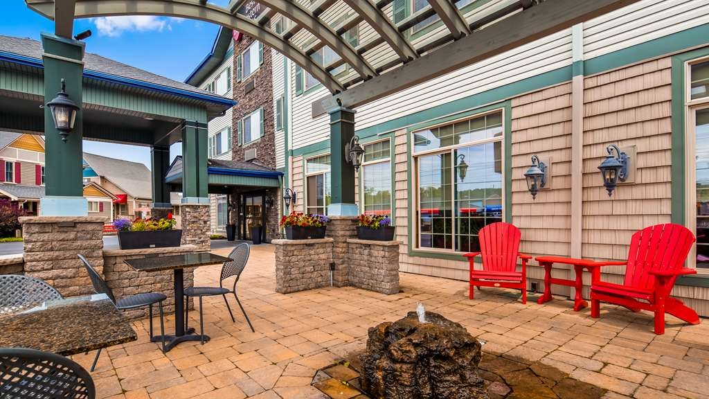 Best Western Plus Vineyard Inn & Suites - Pergola Sitting Area