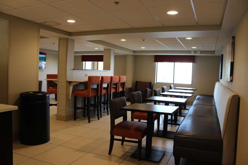 Best Western Rochester Marketplace Inn - Choose from a wide selection of seating to enjoy your morning meal.