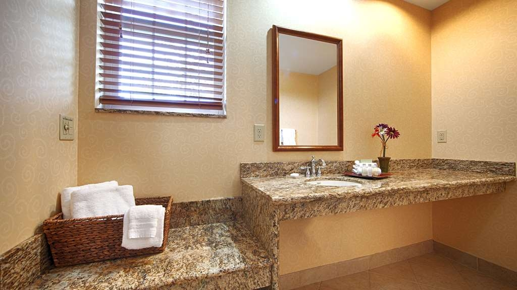 Best Western Plus Ticonderoga Inn & Suites - Pamper yourself in our delightful suite bathrooms.