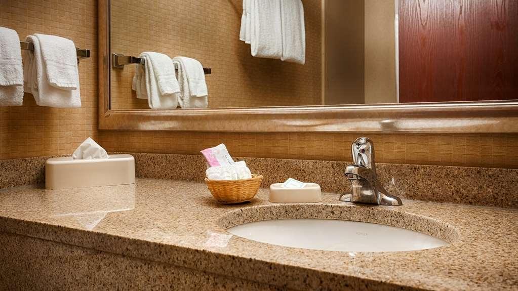 Best Western Plus Victor Inn & Suites - Guest Bathroom