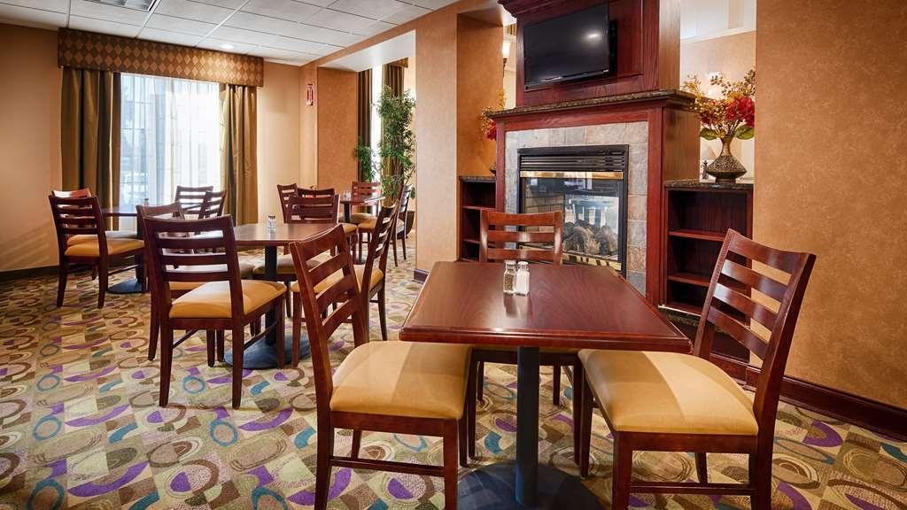 Best Western Plus Victor Inn & Suites - Breakfast Area Fireplace