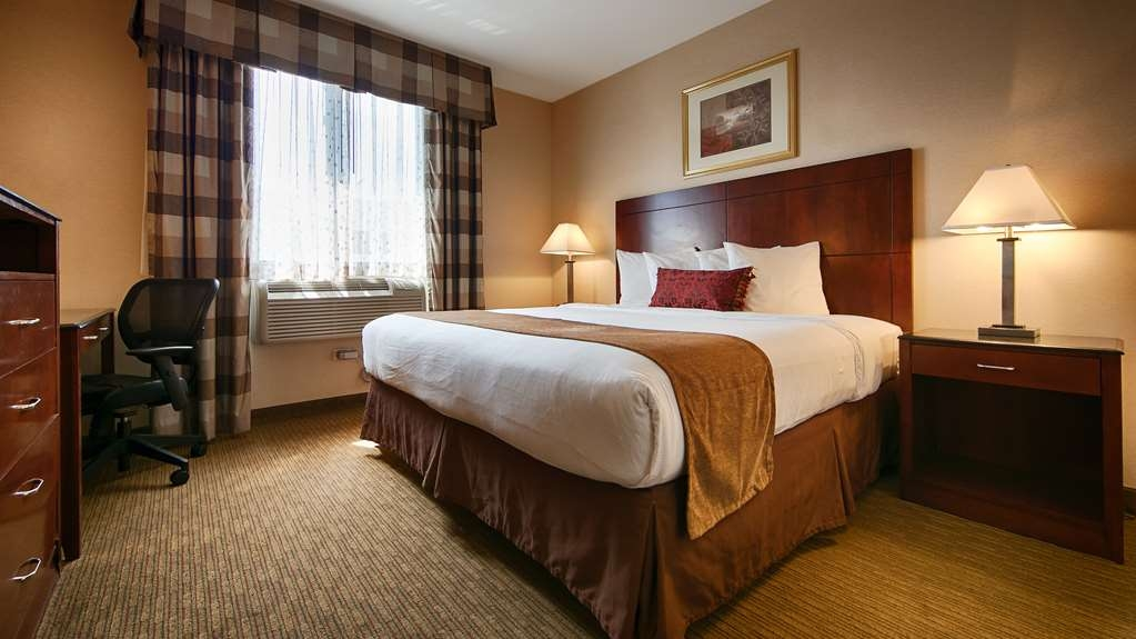 Best Western Plus Arena Hotel - Our spacious deluxe king guest room has all the comforts of home at your fingertips.