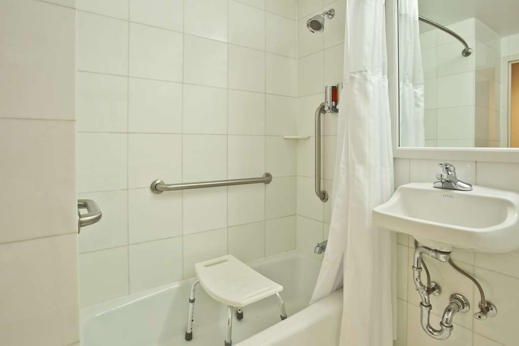 Best Western Plus Arena Hotel - Mobility Accessible Bathroom
