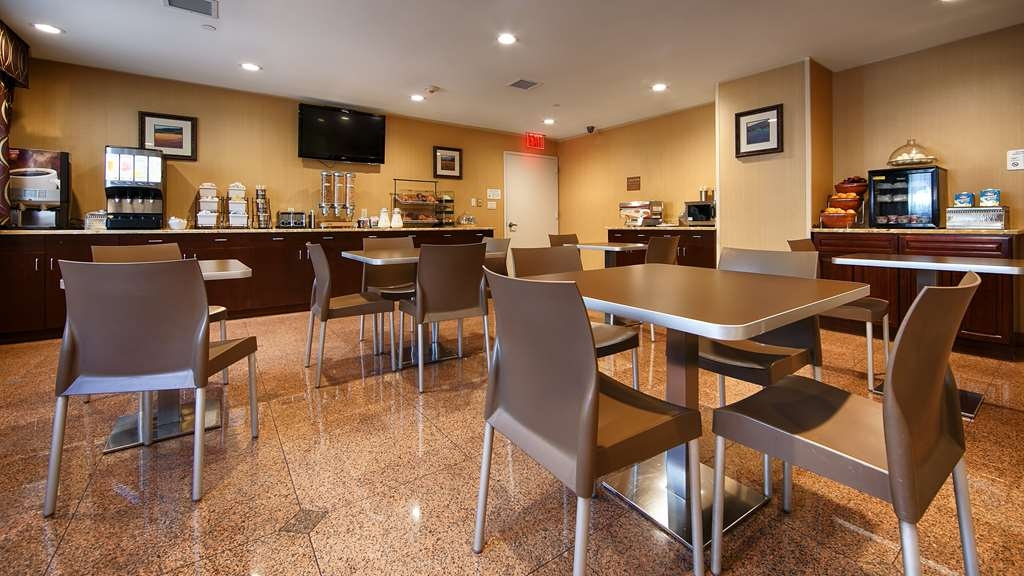 Best Western Plus Arena Hotel - Our complimentary full breakfast includes your choice of pancakes, eggs, and breakfast meats.