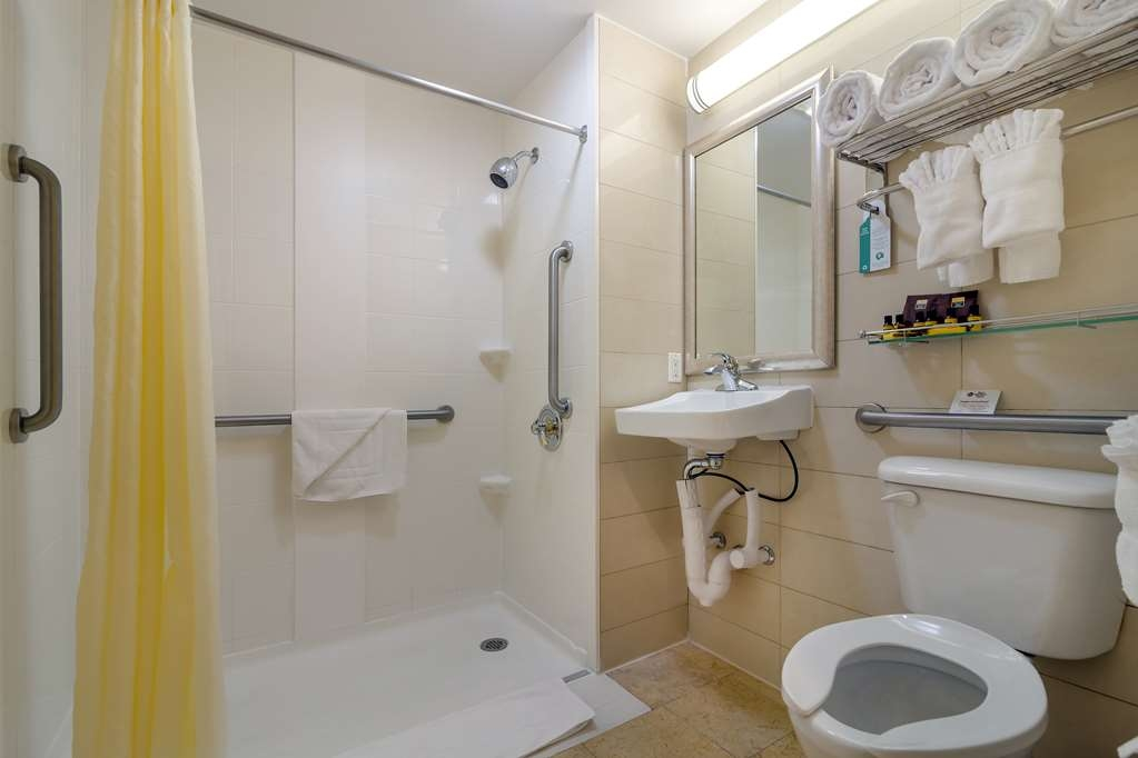 Best Western Plus Plaza Hotel - We offer mobility accessible bathroom featuring bathtubs or roll-in-showers. Please inquire at the front desk for a preference.