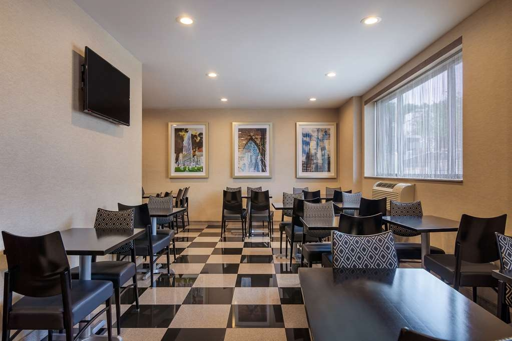 Best Western Plus Plaza Hotel - Our breakfast room offers intimate dining for couples and smaller groups.
