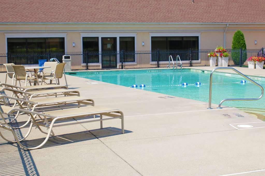 Best Western Plus Galleria Inn & Suites - Have some fun in the sun with your family at our outdoor pool.
