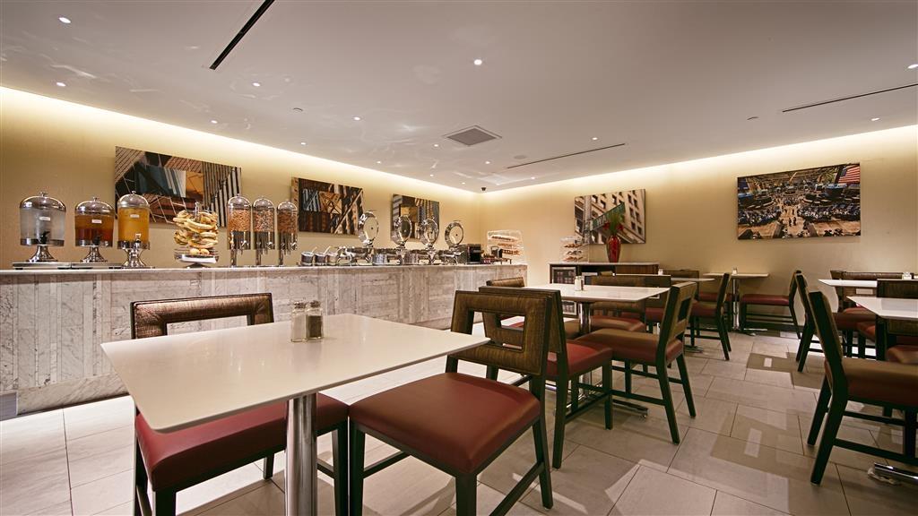 Best Western Premier Herald Square - Siediti a uno dei numerosi tavoli e goditi la colazione.