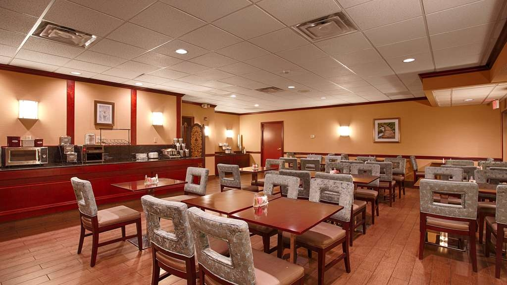 Best Western Plus Lockport Hotel - Choose from a wide selection of seating to enjoy your morning meal.