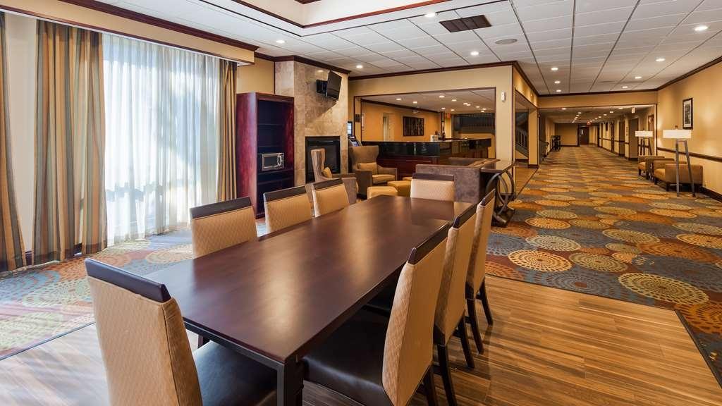 Best Western Plus Lockport Hotel - Community Table