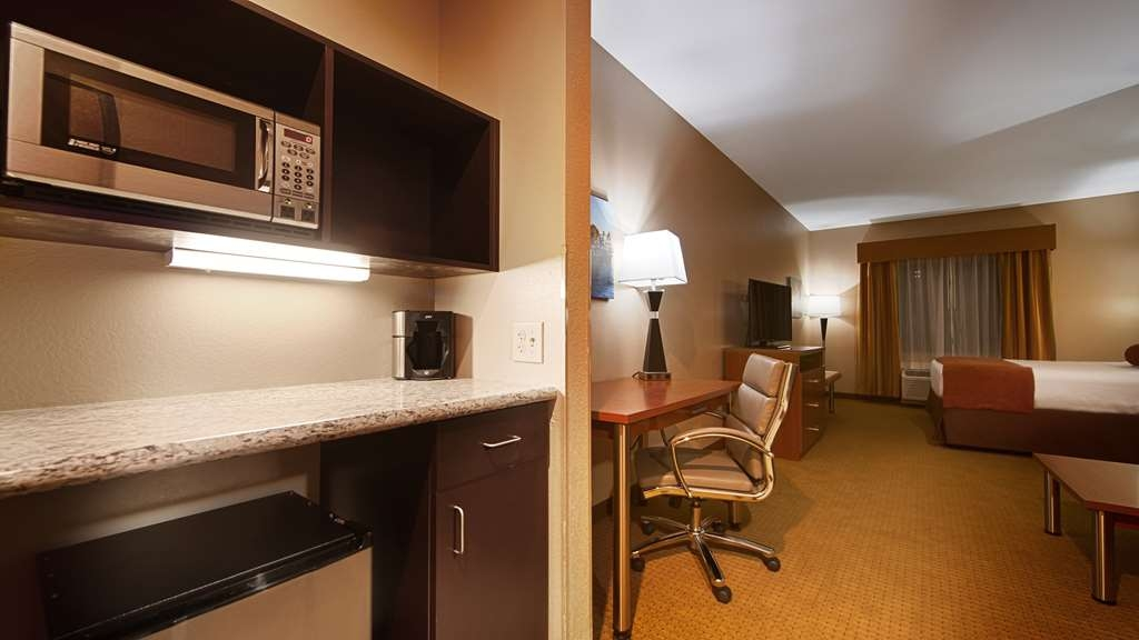 Best Western Plus Finger Lakes Inn & Suites - Visiting a friend attending Cornell University? Book one of our convenient guest suites.