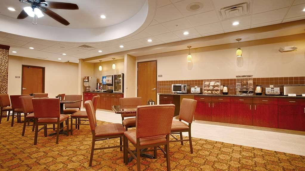Best Western Plus Finger Lakes Inn & Suites - Choose from a wide selection of seating to enjoy your morning meal.