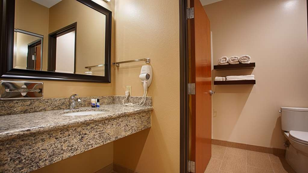 Best Western Plus Finger Lakes Inn & Suites - Pamper yourself in our suite bathrooms.